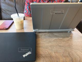 テーブルの上に座っているラップトップ コンピューターの写真・画像素材[1527971]