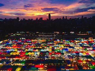 背景に色鮮やかな夕焼けの写真・画像素材[1540025]