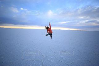 水の体の上に空気を通って飛んで男の写真・画像素材[1567254]
