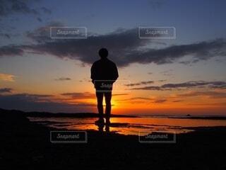 男性,1人,自然,アウトドア,空,カメラ,絶景,屋外,太陽,朝日,ビーチ,後ろ姿,黒,olympus,オリンパス,水面,海岸,水色,シルエット,オレンジ,美しい,人,正月,お正月,ポートレート,リフレクション,日の出,ミラーレス一眼,関西,和歌山,謹賀新年,新年,初日の出,ポジティブ,2020年,リフレッシュ,鏡張り,フォトジェニック,前向き,インスタ映え,天神崎,丑年,20代男性,2021年,リフレっふ