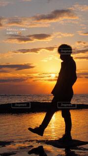 男性,1人,自然,アウトドア,空,カメラ,絶景,屋外,太陽,朝日,ビーチ,雲,後ろ姿,黒,olympus,オリンパス,水面,海岸,水色,シルエット,オレンジ,美しい,人,正月,お正月,ポートレート,リフレクション,日の出,ミラーレス一眼,関西,和歌山,謹賀新年,新年,初日の出,ポジティブ,2020年,リフレッシュ,鏡張り,フォトジェニック,前向き,インスタ映え,天神崎,丑年,20代男性,2021年,和歌山のウユニ塩湖