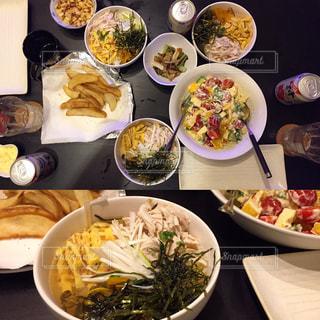 板の上に食べ物の種類の完全なテーブルの写真・画像素材[789772]