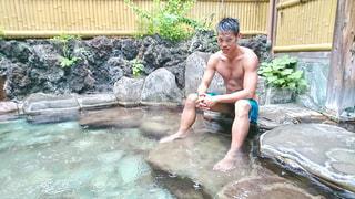 水のプールで水泳少年 - No.789791