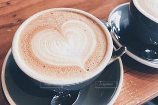 テーブルの上のコーヒー カップの写真・画像素材[875120]