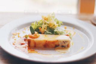テーブルの上に食べ物のプレートの写真・画像素材[875126]