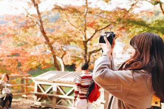 携帯電話で通話中の女性の写真・画像素材[875141]