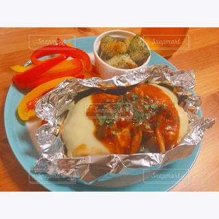 テーブルの上に食べ物のプレートの写真・画像素材[789268]