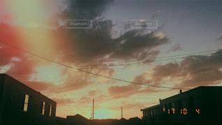 背景の夕日と建物 - No.789505