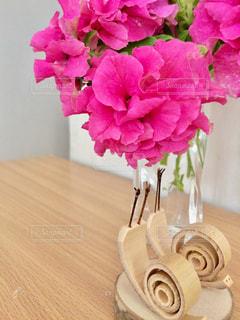 テーブルの上に花瓶の花の花束の写真・画像素材[804520]