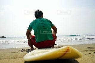 ビーチに座っている男の人の写真・画像素材[790031]