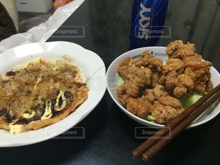 テーブルの上に食べ物のプレートの写真・画像素材[779021]