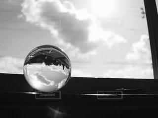 ウィンドウの前面に雲の写真・画像素材[814205]