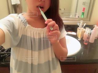 歯みがき中の若い女性 - No.791440