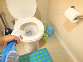白いトイレと掃除道具の写真・画像素材[794726]