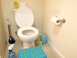ポップな色合いの掃除グッズとトイレの写真・画像素材[794739]
