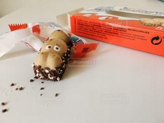 テーブルの上の海外カバさんお菓子の写真・画像素材[794791]