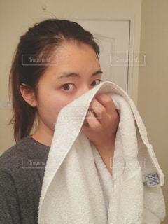 顔を拭く女性の写真・画像素材[797295]