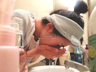 顔を洗う若い女性の写真・画像素材[797448]