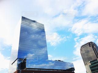 空とビルの窓ガラスの写真・画像素材[800985]