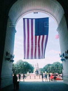 駅の入り口で、大きなアメリカ国旗が迎えるの写真・画像素材[801493]