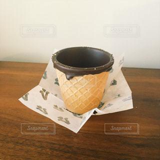 テーブルの上のワッフルコーン。コーヒーを注ぐ前☕️の写真・画像素材[803079]