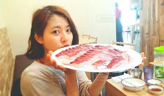 大きな鯛の刺身プレートを持つ女性の写真・画像素材[805912]