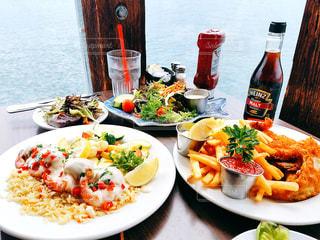 テーブルの上に食べ物のプレートの写真・画像素材[811540]