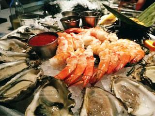 カクテルシュリンプと牡蠣食べ比べと雲丹の写真・画像素材[812544]