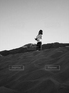 砂漠に立つ女性 - No.813154
