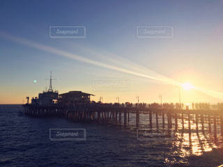 夕焼けと桟橋の写真・画像素材[817214]