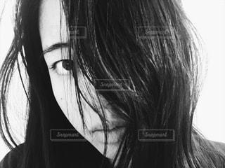 こちらを見つめる女性のアップの写真・画像素材[822719]