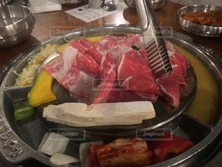 テーブルの上に食べ物のボウルの写真・画像素材[864468]