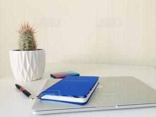 テーブルの上のノート パソコンの写真・画像素材[920381]
