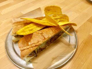 キューバ料理のサンドウィッチと揚げバナナ - No.923375