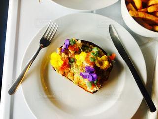 フォークで食べ物の皿の写真・画像素材[923386]