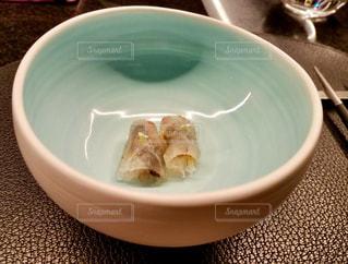 テーブルにある刺身の写真・画像素材[923422]