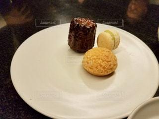 テーブルの上のケーキをのせた白プレートの写真・画像素材[923441]