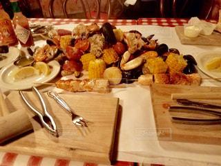 テーブルの上にシーフードの写真・画像素材[923449]