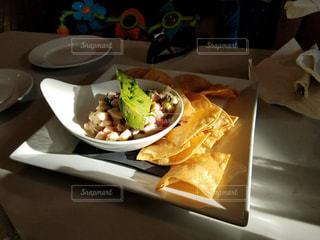 テーブルの上に食べ物のプレート - No.923471
