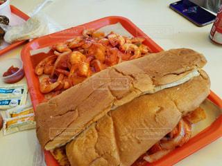サンドイッチと皿にシーフードの写真・画像素材[923486]