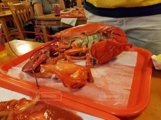 テーブルの上に食べ物のプレートの写真・画像素材[923612]