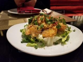テーブルの上に食べ物のプレートの写真・画像素材[923777]