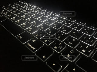 近くに黒のキーボードのの写真・画像素材[930060]