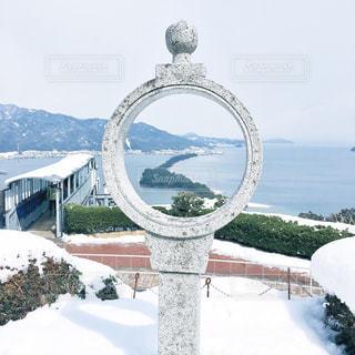 雪の覆われた山々と天橋立の写真・画像素材[932850]