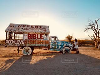 サルベーションマウンテンのトラックの写真・画像素材[998983]