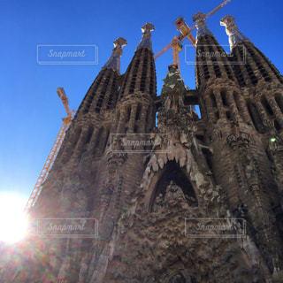 空の背景を持つ大規模な背の高い塔の写真・画像素材[792734]