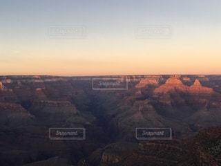 背景の夕日と峡谷の写真・画像素材[791592]