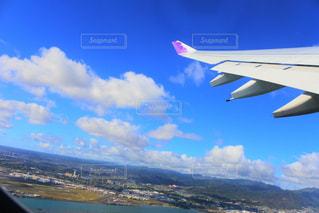 空を飛んでいる飛行機の写真・画像素材[794701]