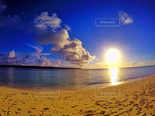 ビーチに沈む夕日の写真・画像素材[1137337]