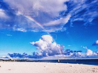 ビーチの上に突如現れた虹!の写真・画像素材[1137357]